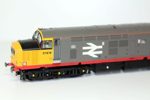 Bachmann Branchline 32-379 Class 37/5 37678 in Railfreight Red Stripe Livery.